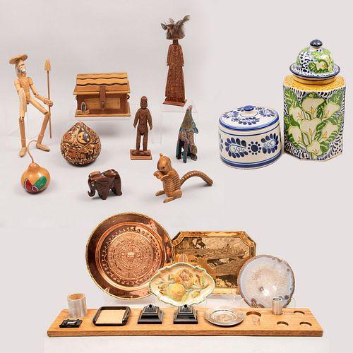 Lote de artículos decorativos. Siglo XX. Tallas de madera, porcelana, otros. Consta de: Ardilla, elefante, Quijote. Pz: 16