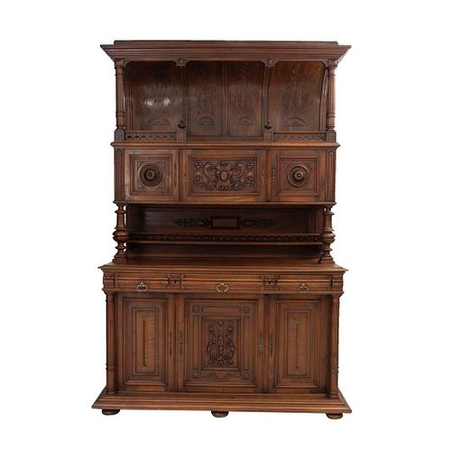 Buffet. Francia. Siglo XX. Estilo Enrique II. En talla de madera de nogal. A 2 cuerpos. Con 6 puertas abatibles.