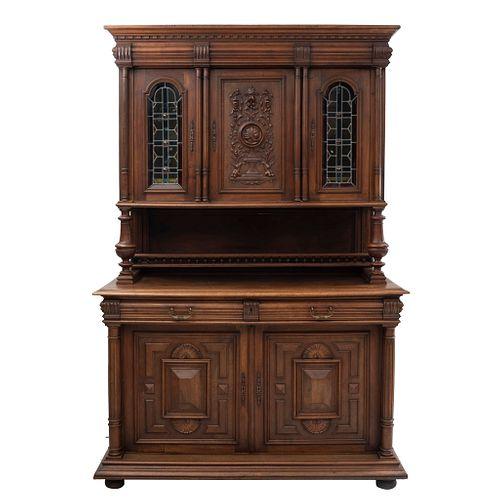 Buffet. Francia. Siglo XX. Estilo Enrique II. En talla de madera de roble. A 2 cuerpos. Con 5 puertas abatibles y 2 cajones.