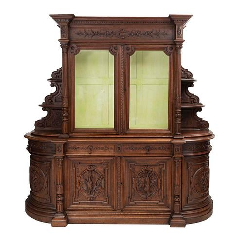 Buffet. Francia. Siglo XX. En talla de madera de roble. Con 4 cajones, 6 puertas abatibles, 2 con cristal, entrepaños laterales.