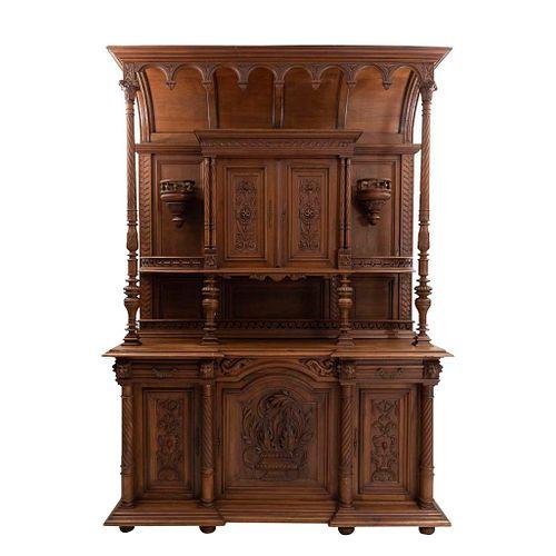 Buffet. Francia. Siglo XX. Estilo Enrique II. En talla de madera de roble. Con 5 puertas abatibles, 2 cajones.