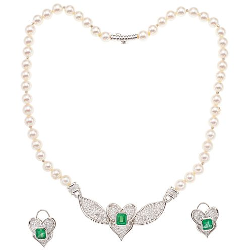 SET OF NECKLACE AND PAIR OF EARRINGS WITH CULTIVATED PEARLS, EMERALDS AND DIAMONDS IN 18K WHITE GOLD