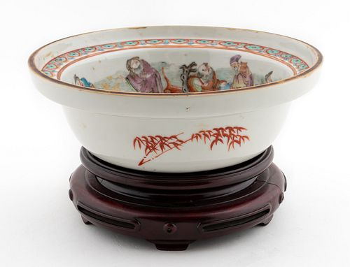 CHINESE EXPORT FAMILLE BOWL ON WOODEN STAND