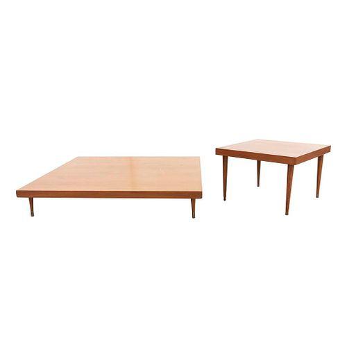Lote de 2 mesas. Siglo XX. Elaboradas en madera. Con cubiertas cuadrangulares, fustes cónicos y  soportes con capuchones de metal.