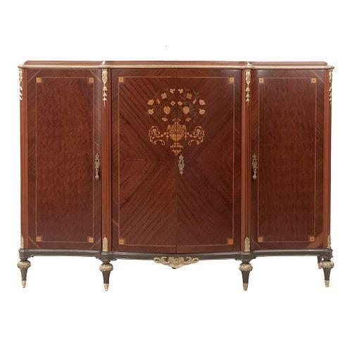 Cómoda. SXX. Estilo Luis XVI. En madera. Con 4 puertas y 3 con tiradores. Decoración en marquetería. 152 x 220 x 58 cm.