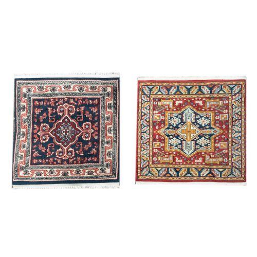 Lote de 2 tapetes. Siglo XX. Elaborados en fibras de lana y algodón. Decorados con motivos vegetales, florales, orgánicos.