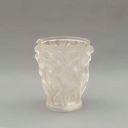 Florero. Francia. Siglo XX. Elaborado en cristal opaco Lalique. Decorado con Bacantes. 24.5 x 22 cm Ø