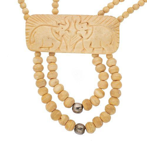 Collar de dos hilos de esferas elaborado en hueso y metal base. Placa con dos grabados de elefantes. Peso: 85.7 g.