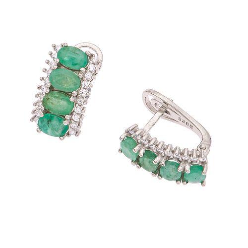 Par de aretes con esmeraldas y circonias en plata .925. 8 esmeraldas corte oval. 40 circonias corte redondo. Peso: 7.0 g.