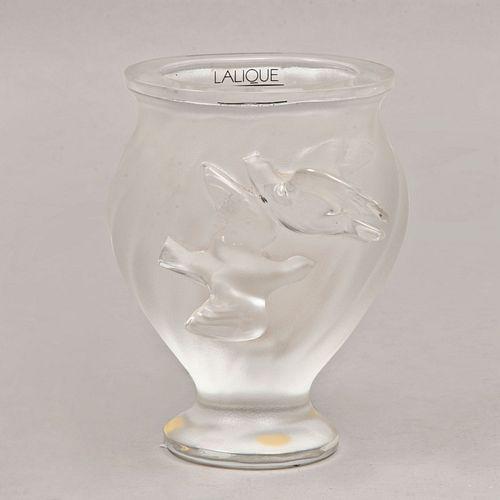 Violetero. Francia, siglo XX. Elaborado en cristal opaco Lalique con par de palomas frontales en alto relieve. 12.5 cm de altura