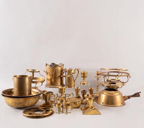 Lote de 20 piezas. Siglo XX. Elaborados en metal dorado. Consta de: infiernillos, hielera, depósitos, portabotella, copas otros.