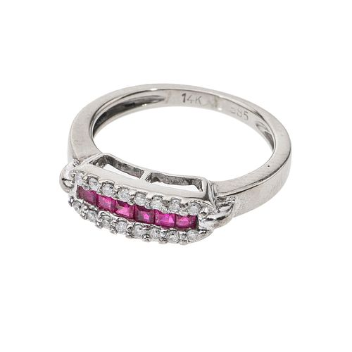 Anillo con rubíes y diamantes en oro blanco de 14k. 6 rubíes corte cojín. 16 diamantes corte 8 x 8. Talla: 4. Peso: 3.3 g.