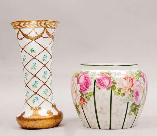 Jarrón y violetero. Alemania y Austria. Siglo XX. Elaborados en porcelana, Uno Bavaria. Marca R.C. y Royal Vienna.