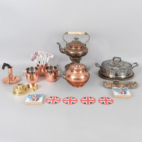Lote mixto de 9 artículos para mesa. SXX. Elaborados en cobre, latón y sintético. Consta de: samovar, tetera, plato de servicio otros.