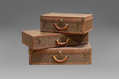 Louis Vuitton - Set of three suitcases in logoed leather of different sizes, canvas interior with removable compartments (the largest and the smallest