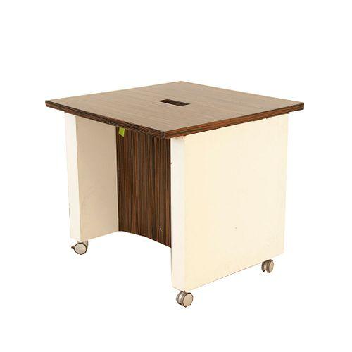 Mesa. Elaborada en MDF enchapado color café claro veteado. Con tres partes: soportes planos móviles color blanco y base plana.