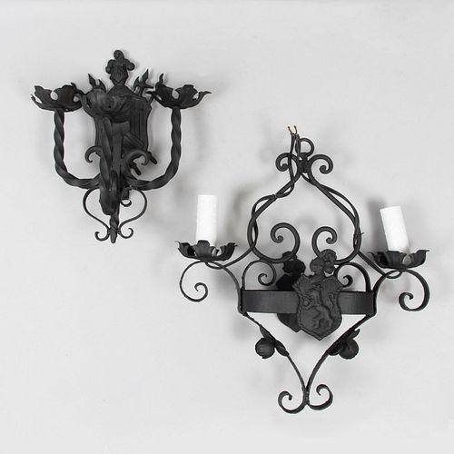 Lote de 2 arbotantes. Siglo XX. Elaboradas en hierro forjado. Para 2 y 3 luces. Con arandelas florales y brazos tipo roleos.