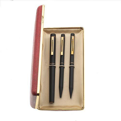 Pluma fuente, lapicero y bolígrafo marca Lady Sheaffer. Cuerpo en acero acabado pavonado. Punto en oro amarillo de 14k. Estuch...
