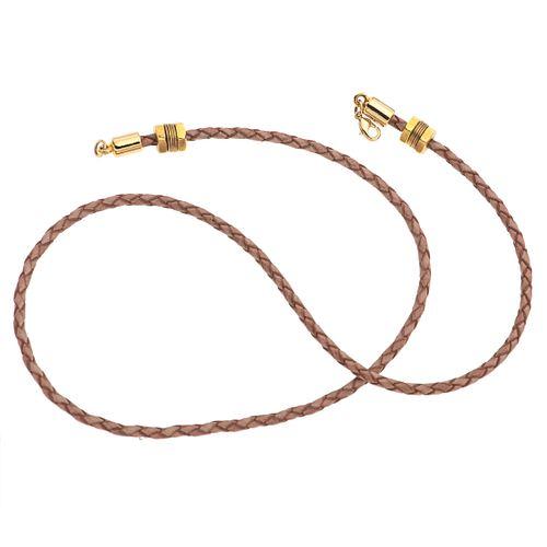 Gargantilla en piel y metal base dorado. Diseño trensado. Peso: 10.8 g.