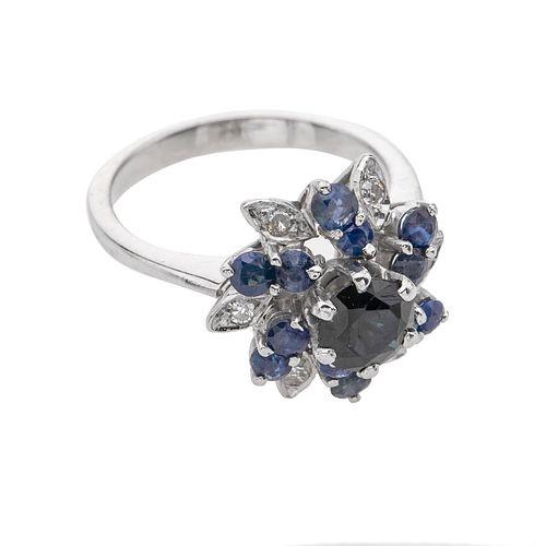 Anillo con zafiros y diamantes en plata paladio. 13  zafiros corte redondo. 6 diamantes corte 8 x 8. Talla: 5 1/2. Peso: 4.7...