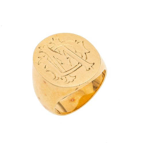 Anillo en oro amarillo de 10k. Tipo sello. Talla: 8. Peso: 20.2 g.