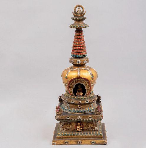 Estupa. Tibet, mediados del siglo XX. Fundición en bronce patinado con policromía. Con ventana para Buda, aves Garuda y rezos.