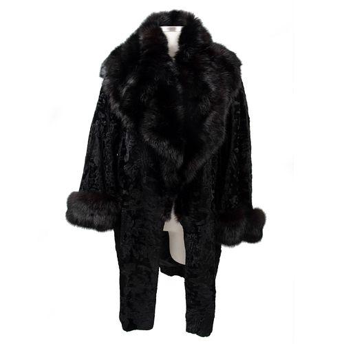 Abrigo. Siglo XX. Elaborado en piel de astracán con cuello y puños de piel de mink. Color negro. Talla aproximada: mediana.