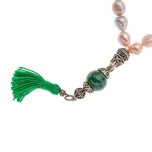Tasbih (rosario árabe) con 34 perlas cultivadas y esfera de malaquita en metal base. Peso: 52.4 g.