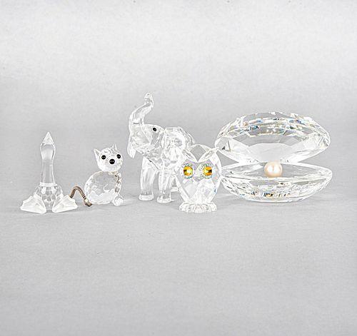 Lote de 5 piezas. Austria, otro. Siglo XX. Elaborados en cristal, algunos Swarovski. Consta de: búho, concha, elefante, ganso y gato.