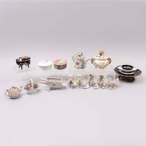 Lote de 18 piezas. Diferentes orígenes y diseños. SXX. En porcelana. Marca Wedgwood, Arta, Maruyama yJLMenau Graf Von Henneberg.