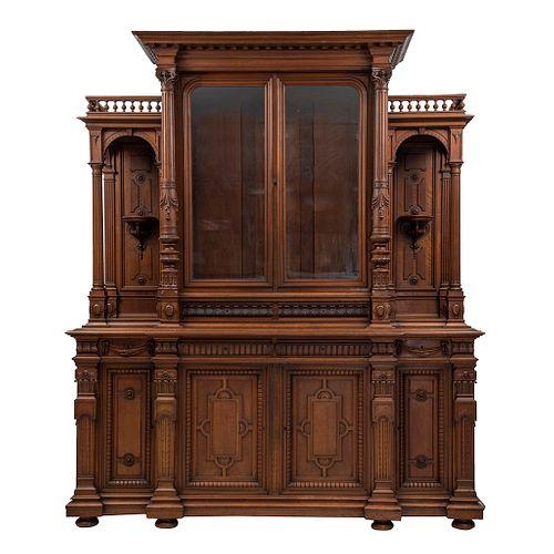 Buffet. Francia. Siglo XX. Estilo Enrique II. En talla de madera de nogal. Con 6 puertas abatibles, 2 con cristal.