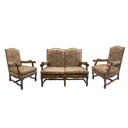 Sala.  Francia.  Siglo XX.  Elaborada en madera de roble.  Consta de: Sofá y par de sillones.  Con respaldos cerrados.