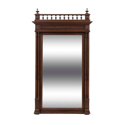 Espejo. Francia. Siglo XX. Estilo Enrique II.  En talla de madera de roble. Con luna rectangular biselada.
