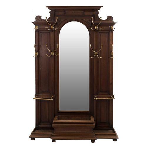 Perchero-Paragüero.  Francia.  Siglo XX.  Estilo Enrique II.  En talla de madera de nogal.  Con 10 ganchos de metal dorado.