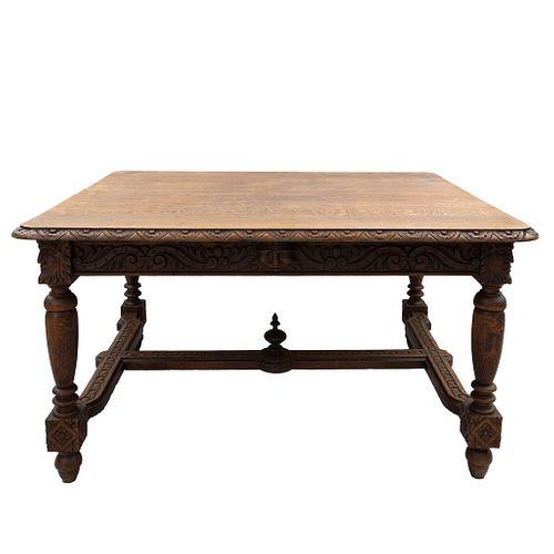"""Mesa.  Francia.  Siglo XX.  En talla de madera de roble.  Con cubierta rectangular, fustes compuestos y chambrana en """"H""""."""