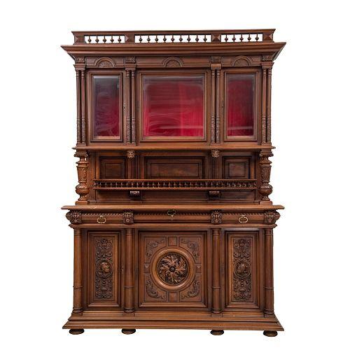 Buffet. Francia. Siglo XX. Estilo Enrique II.  En talla de madera de nogal. Con 6 puertas abatibles, 3 con cristal.