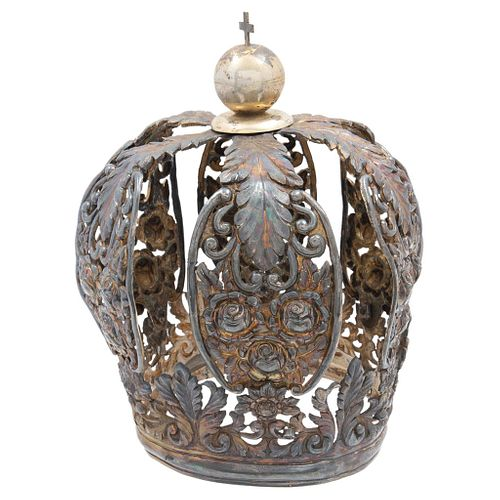 CROWN MEXICO, 18TH CENTURY Gilt silver Decoration with scrolls, geometric and plant motifs Cross detail 691 g