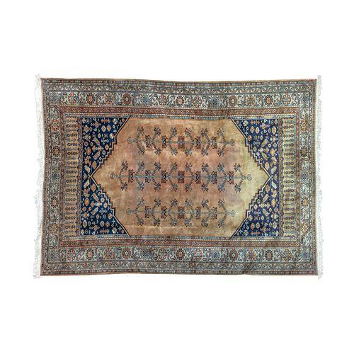 Tapete. Turquía, mediados del SXX. Elaborado en fibras de lana y algodón. Decorado con elementos vegetales y florales. 335 x 244 cm