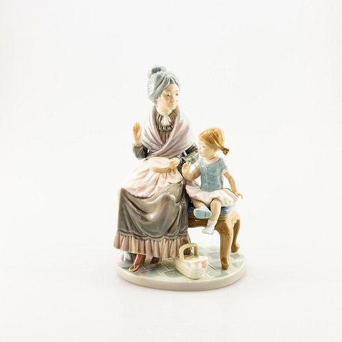 Visit With Granny 01005305 - Lladro Porcerlain Figure