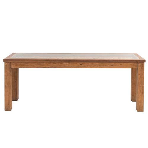 Mesa consola. SXX. En talla de madera. Con cubierta rectangular con vidrio, fustes y soportes lisos. Decorada con alto relieve.