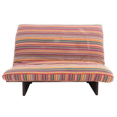 Sofá - camastro. Siglo XX. Estructura de madera. Con respaldo y asiento acojinado en tapicería rayada multicolor.