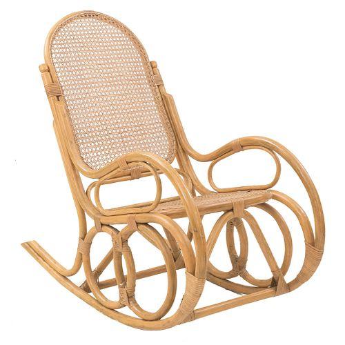 Mecedora. Siglo XX. Estilo austriaco. Elaborado en madera. Con respaldo cerrado y asiento de ratán, fustes orgánicos.