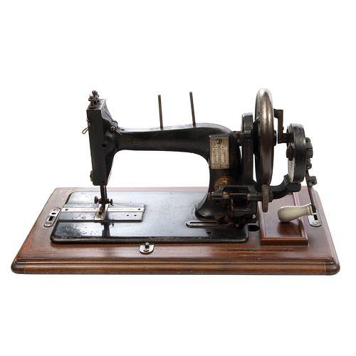 Máquina de coser. Alemania. Siglo XIX. Elaborada en metal. Marca Seidel & Naumann. No. 339. Con caja de madera. 29 cm altura (caja)