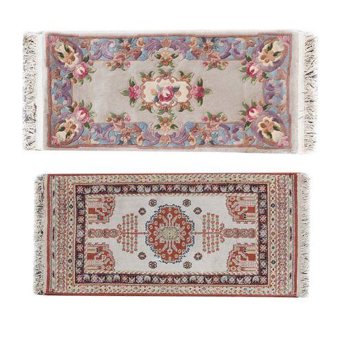 Lote de 2 tapetes, pie de cama. Consta de: Tapete. México, siglo XX. Marca Imperial. Elaborado en poliéster, algodón y yute. Otro.