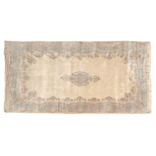 Alfombra. Persia, siglo XX. Estilo Kirman. Anudado en fibras de lana y algodón. Decorado con elementos florales, vegetales.