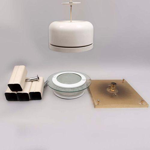 Lote de 7 lámparas de techo. Siglo XXI. Diferentes diseños. Elaboradas en metal, vidrio y latón. Para una luz.