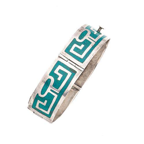 Pulsera con turquesas en plata .925. Con mosaicos de turquesas en forma de grecas. Peso: 24.4 g.