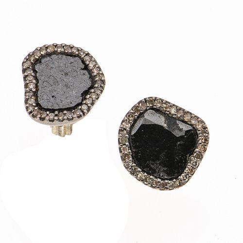 Par de aretes con diamantes en plata .925. 50 diamantes corte 8 x 8. 1 piedra con fisura. Peso: 4.9 g.