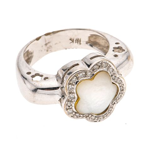 Anillo con madreperla en oro blanco de 18k. 1 estrella de madreperla. 20 diamantes corte 8 x 8. Talla: 5. Peso: 7.2 g.