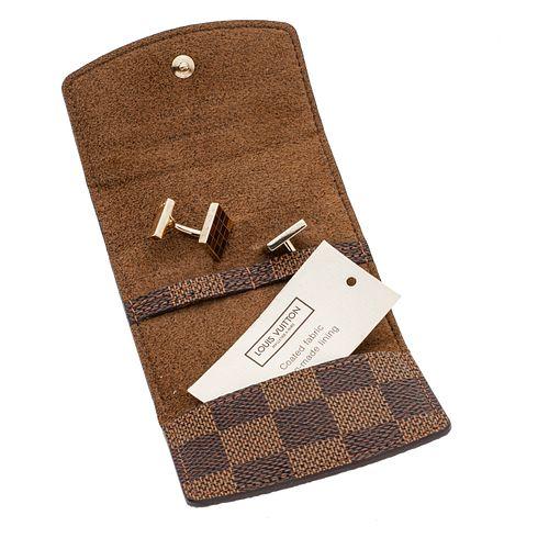 Par de mancuernillas en plata .925 de la firma Louis Vuitton. Funda en piel original. Peso: 15.2 g.